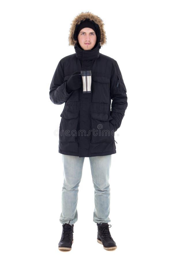 黑冬天夹克的年轻可爱的人有杯子的咖啡我 免版税库存照片