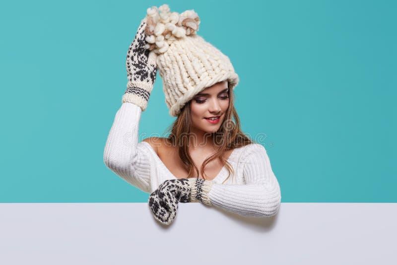 冬天女孩愉快的微笑举行销售海报,有吸引力年轻excit 免版税图库摄影