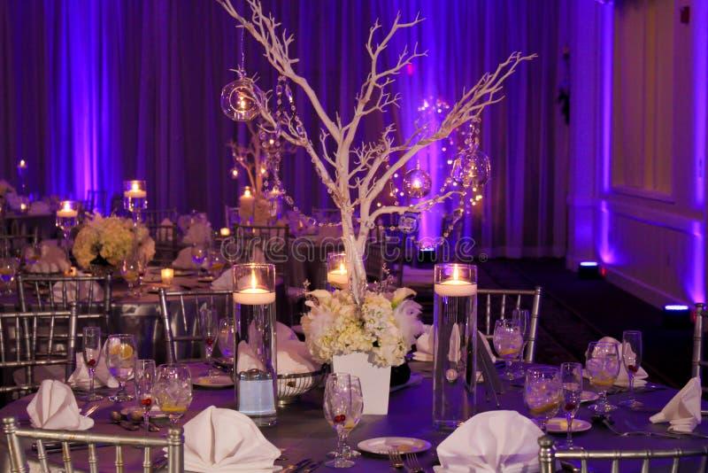 冬天婚礼的表装饰 免版税库存照片
