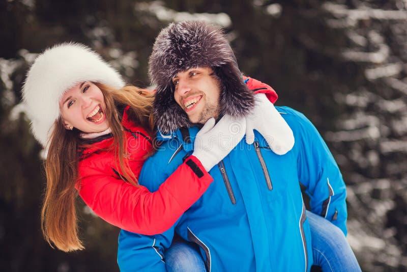 冬天嬉戏乐趣的夫妇一起 免版税库存图片