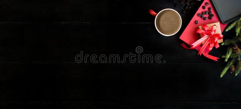 冬天季节的热的咖啡 文本的拷贝空间在黑木背景 库存图片