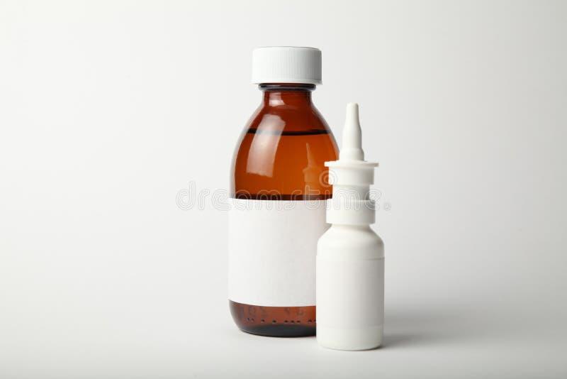 冬天寒冷和流感病毒的药物 抗生素、同种疗法、药片、浪花和糖浆 库存图片