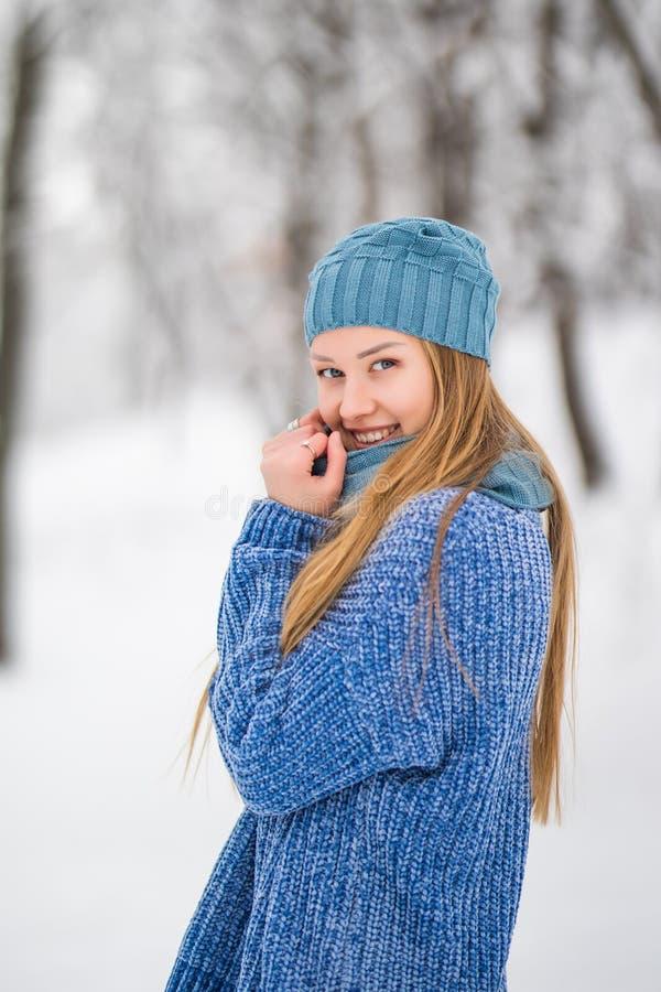 冬天少妇画象 笑秀丽快乐的式样的女孩,获得乐趣在冬天公园 笑美丽的少妇户外 库存图片