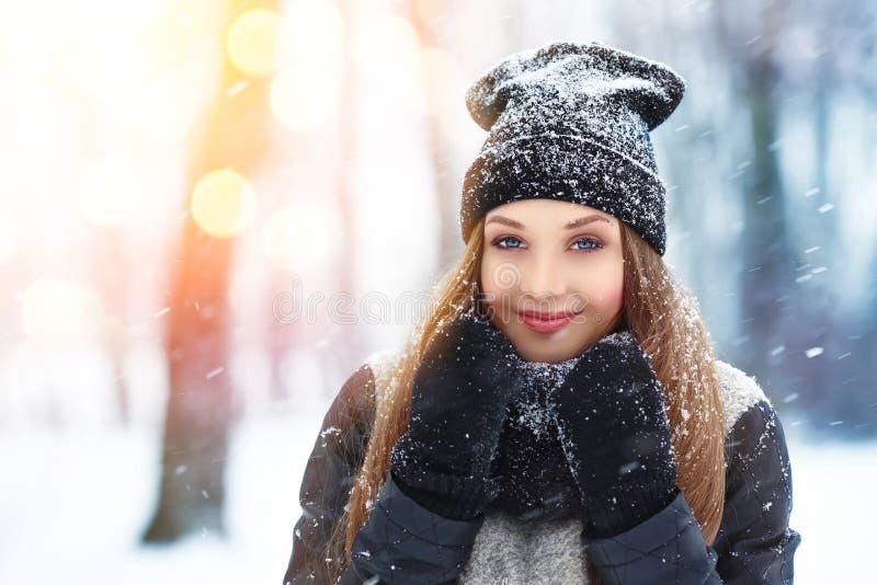 冬天少妇画象 秀丽快乐的式样女孩笑和获得乐趣在冬天公园 户外美丽的少妇 Enjo 免版税库存图片