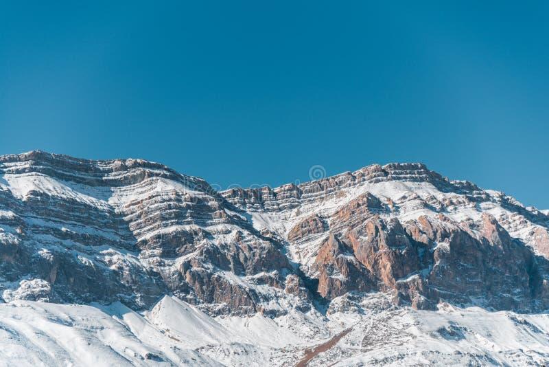 冬天山在阿塞拜疆的gusar区域 免版税库存图片