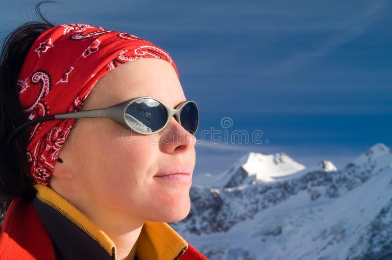 冬天山的女孩 免版税库存照片