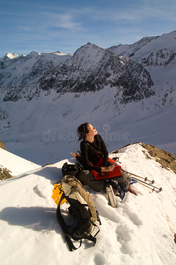 冬天山的女孩 免版税图库摄影