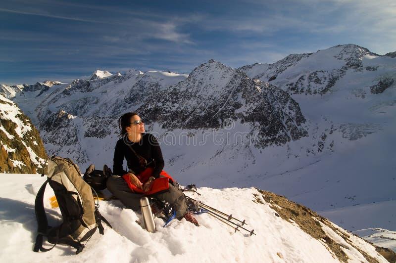 冬天山的女孩 库存照片