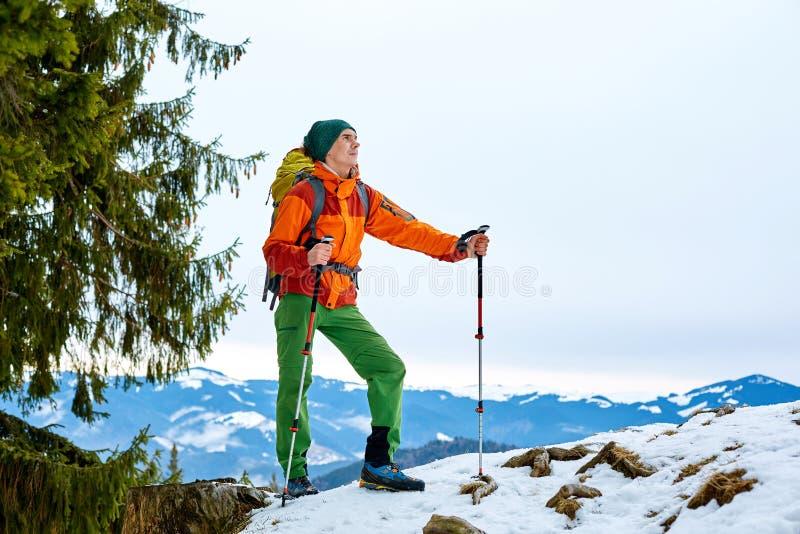 冬天山的远足者 库存图片