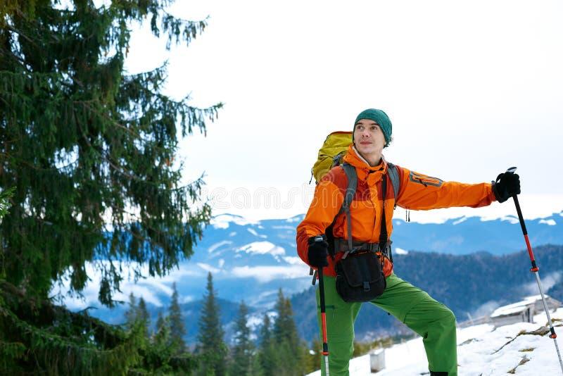 冬天山的远足者 图库摄影