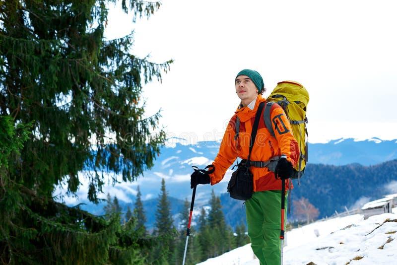 冬天山的远足者 免版税库存图片
