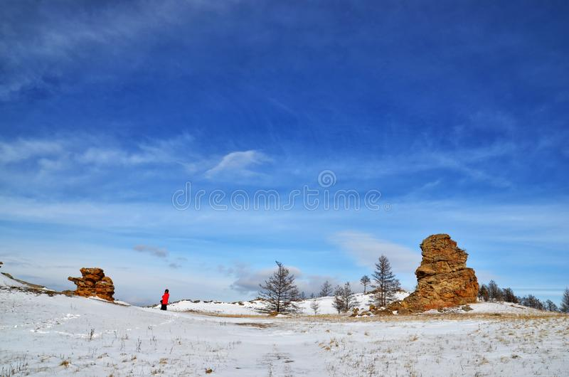 冬天山雪谷风景 在冬天雪山谷全景上的明亮的高太阳 西伯利亚风景 免版税库存照片