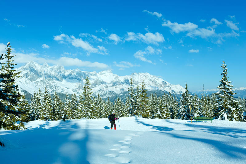 冬天山风景和妇女步行的 图库摄影