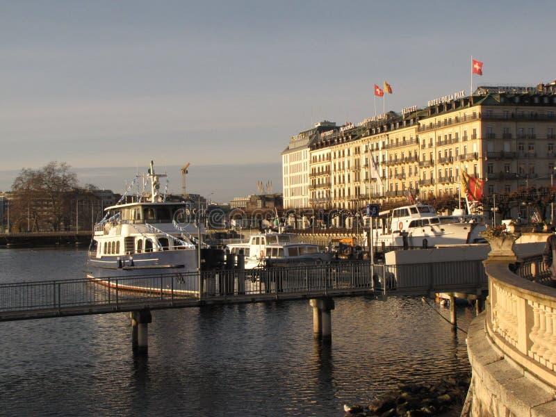 冬天市的堤防有被停泊的游艇和小船的日内瓦 清楚的晴天 瑞士的首都在嘘 免版税库存照片