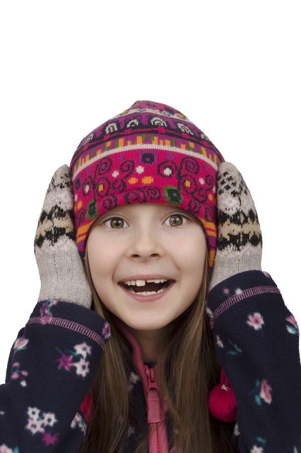 冬天帽子和手套的年轻摆在的女孩 免版税库存图片