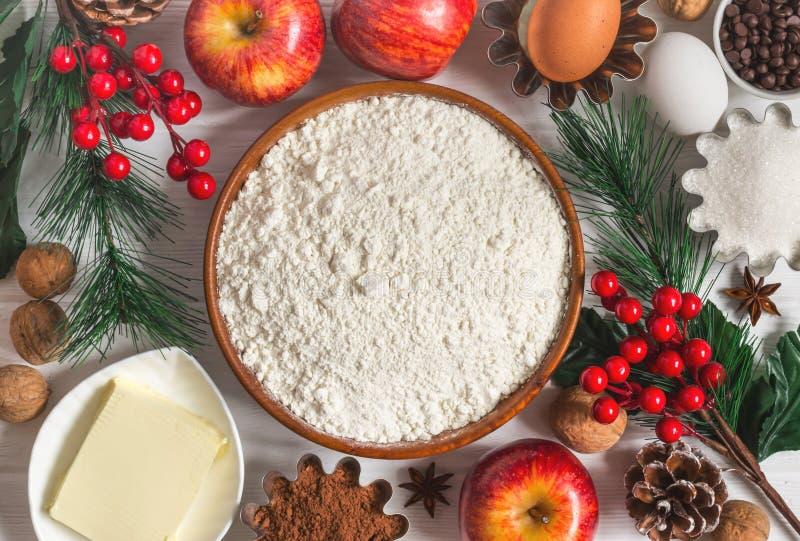 冬天新年` s烘烤的成份 圣诞节食物背景 免版税库存图片