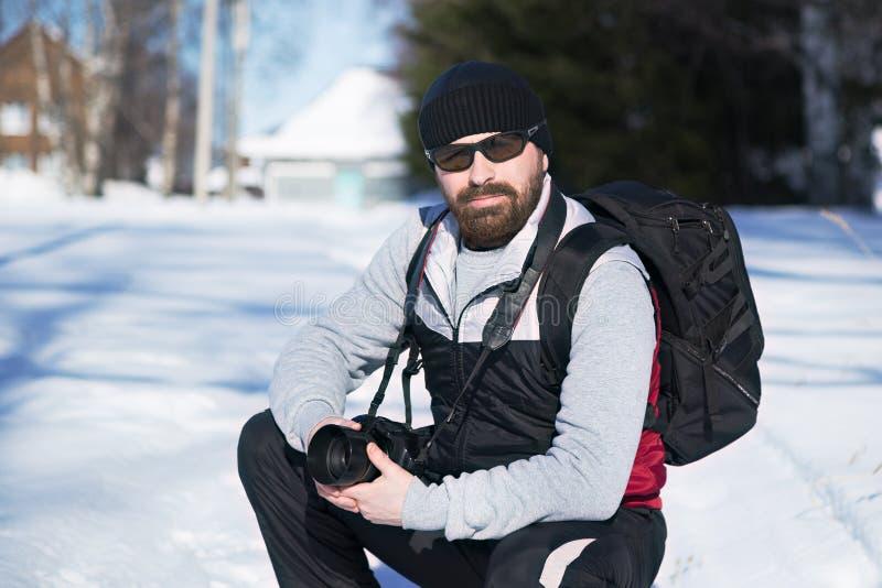 冬天旅行的有胡子的人 库存照片