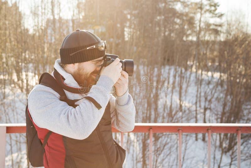 冬天旅行的有胡子的人 免版税图库摄影