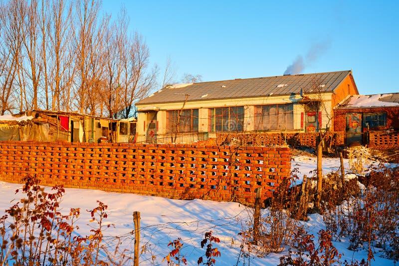 冬天日出的仓前空地 免版税图库摄影