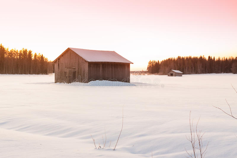 冬天日出的2谷仓 库存照片