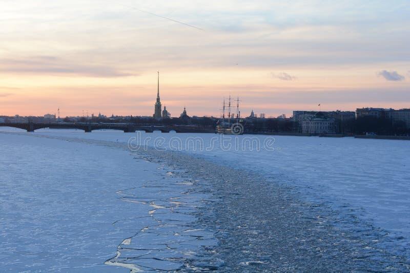 冬天日落在圣彼得堡 免版税库存图片