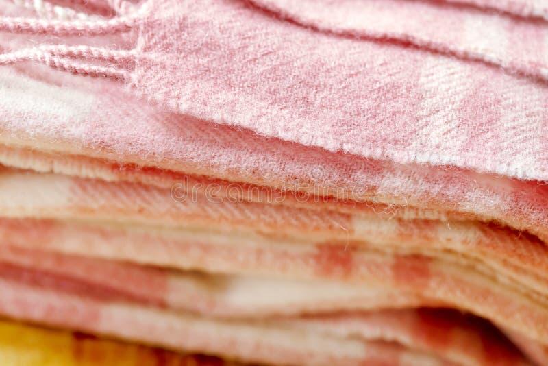 冬天有围巾的时装或毯子有木背景 免版税库存照片