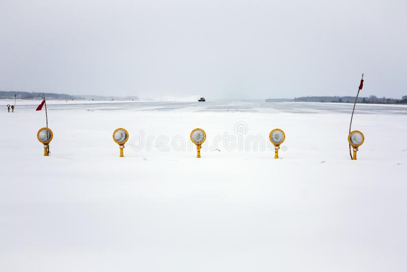 冬天机场的进场灯 免版税库存照片