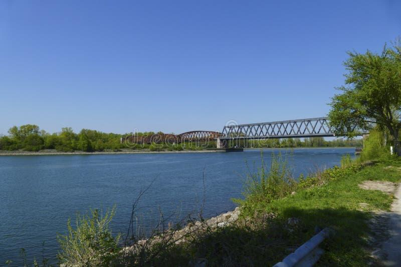 冬天村庄老钢框架桥梁在莱茵河的向法国 库存照片
