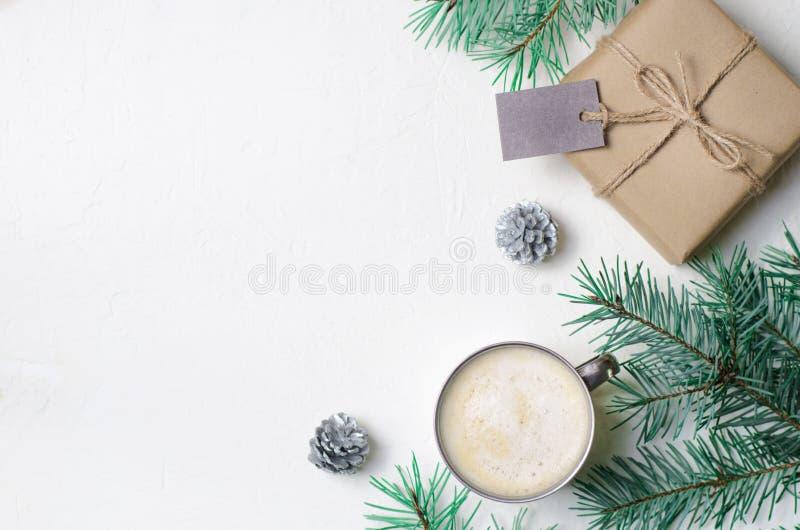冬天概念、圣诞礼物、咖啡杯、杉木锥体和Braches,舒适静物画背景 免版税库存照片