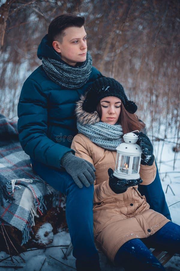 冬天步行的年轻恋人 免版税库存图片