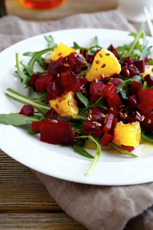 冬天沙拉用甜菜和桔子 免版税库存照片