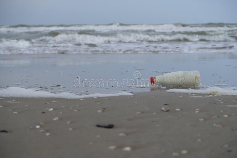 冬天沙滩在里米尼,意大利 在季节期间,倒空 免版税库存图片