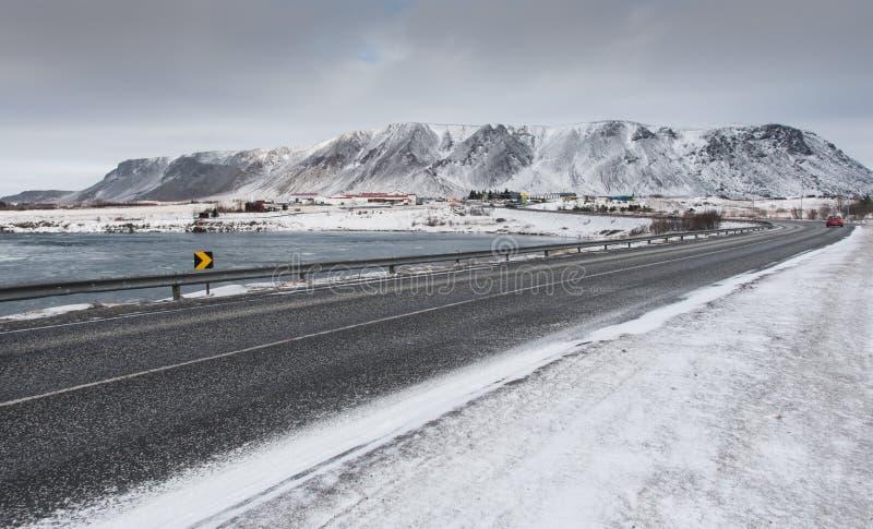 冬天沥青结冰的路,塞尔福斯市冰岛 免版税库存图片