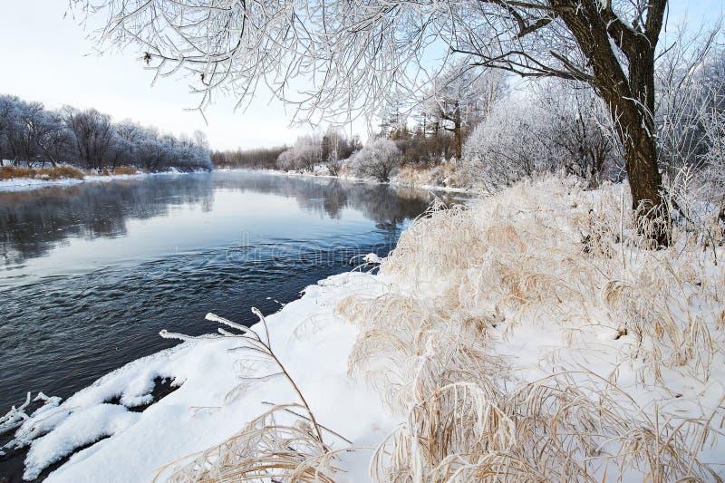 冬天河和雪风景 库存照片