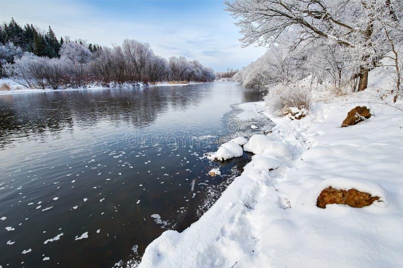 冬天河和雪 免版税图库摄影