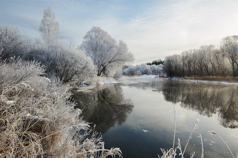 冬天河和霜风景 免版税库存图片