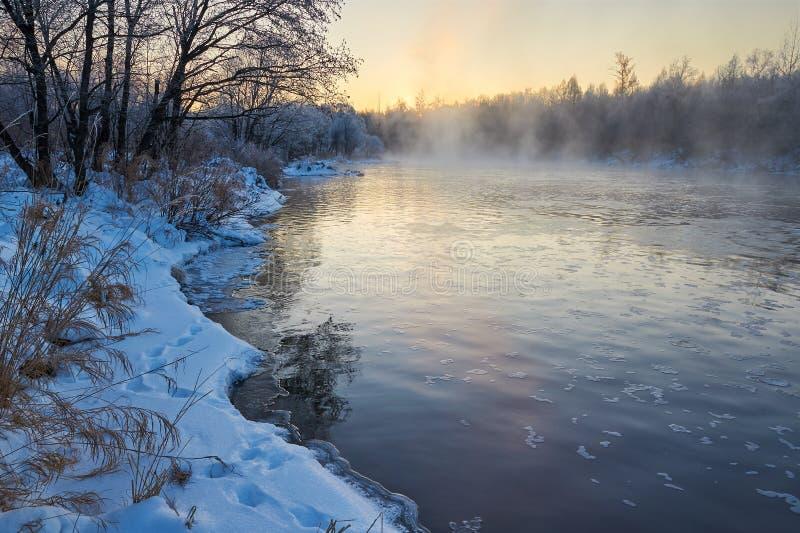 冬天河日出 库存图片