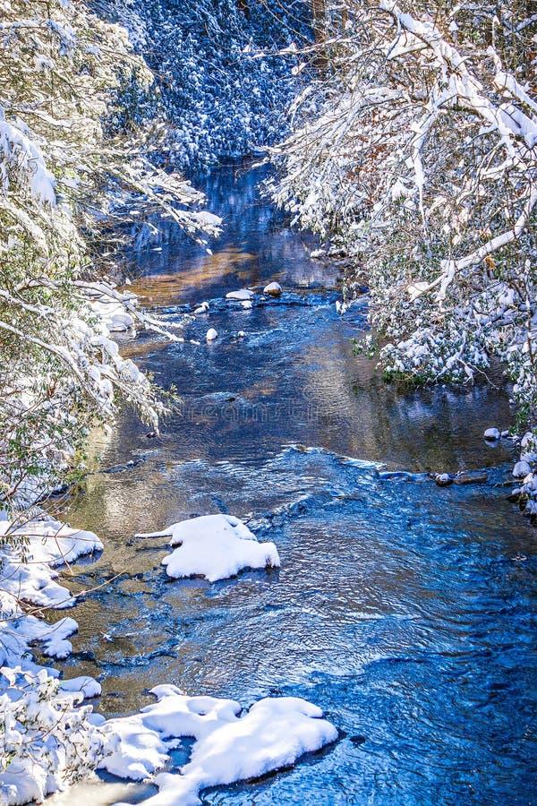冬天沿山河的妙境风景 免版税库存照片