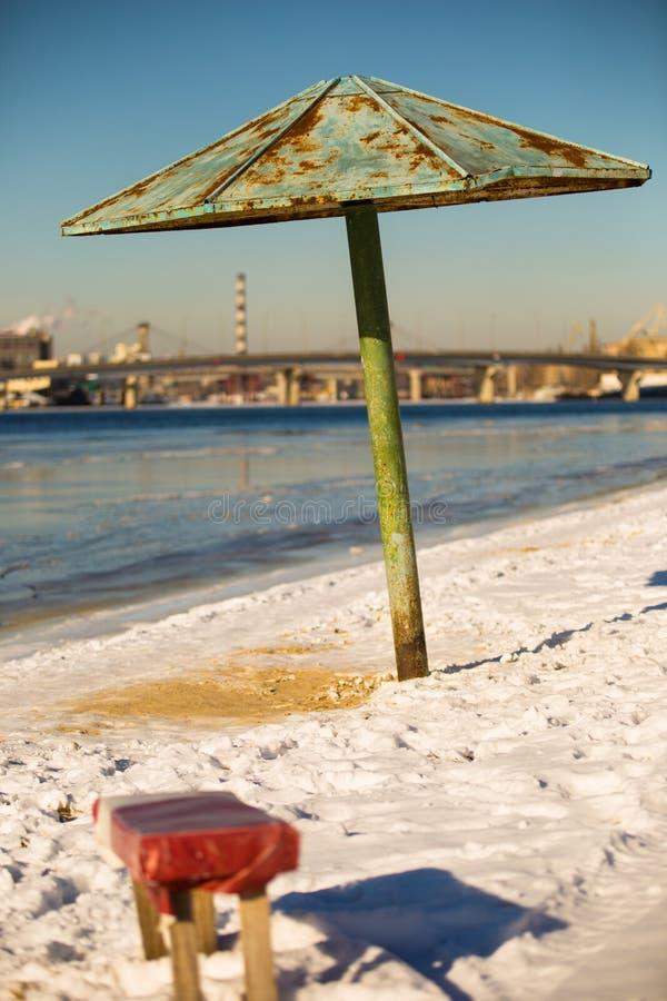 冬天海滩的风景在河Dnieper的 免版税图库摄影