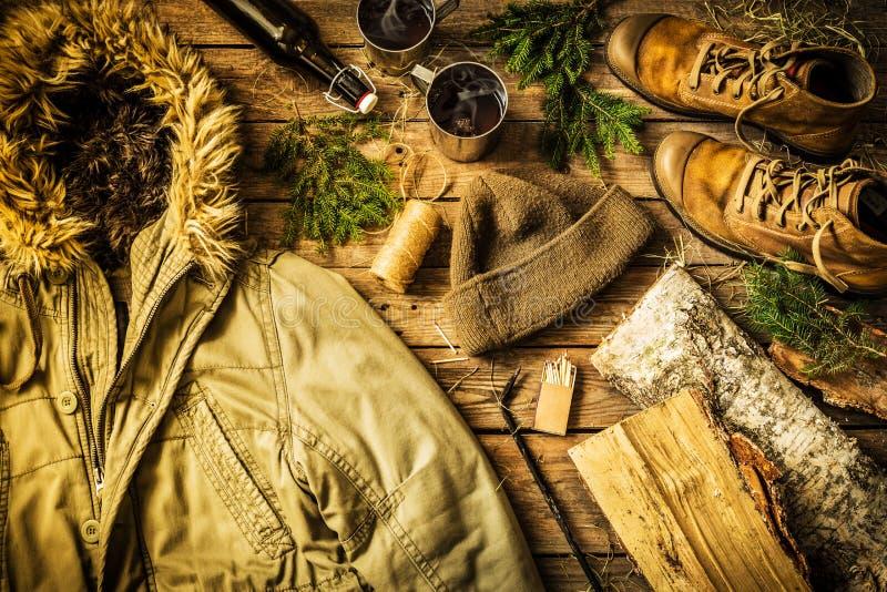 冬天温暖的男性衣裳-夹克,起动,温暖的帽子 免版税库存图片