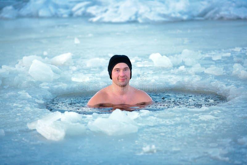 冬天游泳。冰孔的人 库存照片