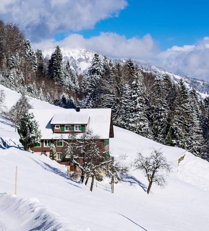 冬天滑雪瑞士山中的牧人小屋和客舱在雪山 免版税图库摄影