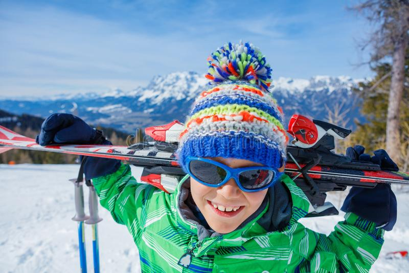 冬天滑雪胜地的滑雪者男孩 库存图片
