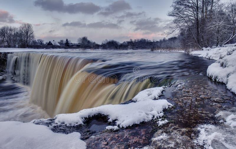 冬天瀑布在爱沙尼亚 Jagala juga 免版税库存照片