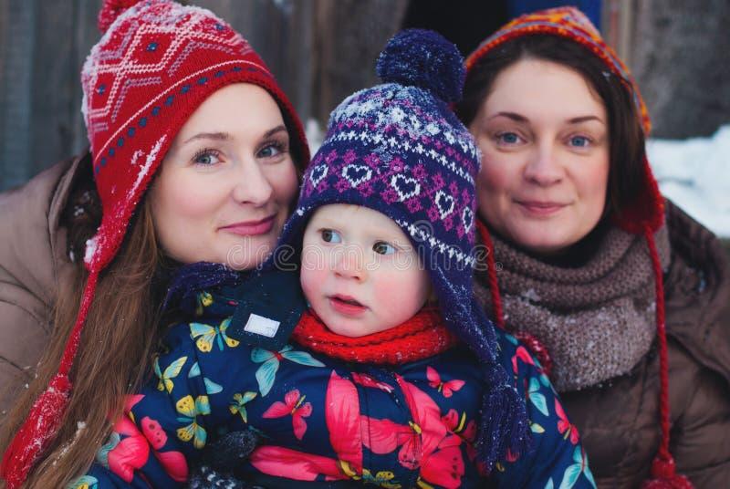 冬天生活方式概念-女孩获得乐趣在温特帕克-使用与雪的少妇室外 免版税库存照片