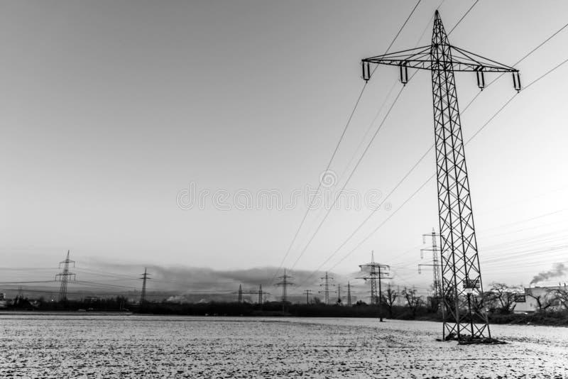 冬天电力塔风景雪黑色白色日落日出 免版税图库摄影