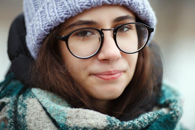 冬天画象年轻逗人喜爱的深色的女孩漫步的冬天森林公园 免版税图库摄影