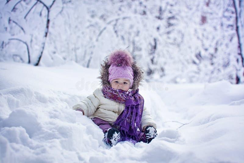 冬天的女婴 免版税库存图片