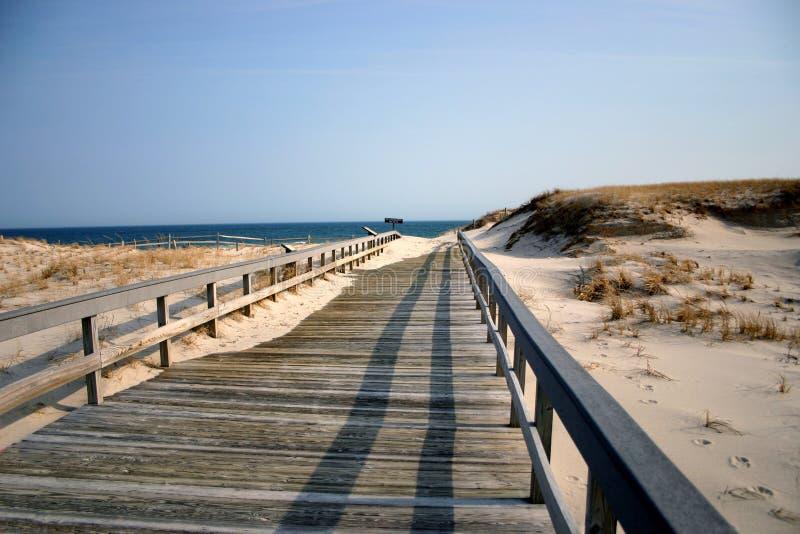 冬天的海滩木板走道 免版税库存照片