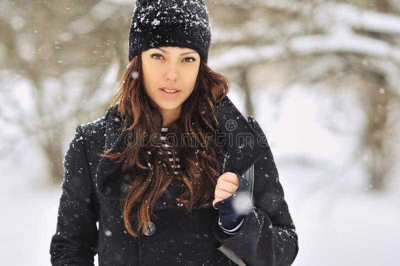 冬天的美丽女人,近距离 库存照片